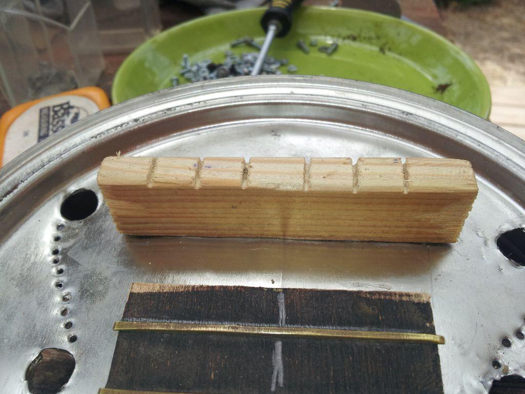 הגשר מחובר מתוך תיבת התהודה בעזרת ברגים קטנים