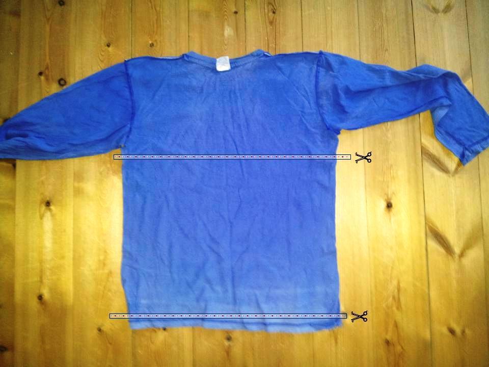 מסמנים קו מתחת לשרוולים ומעל למכפלת בתחתית החולצה