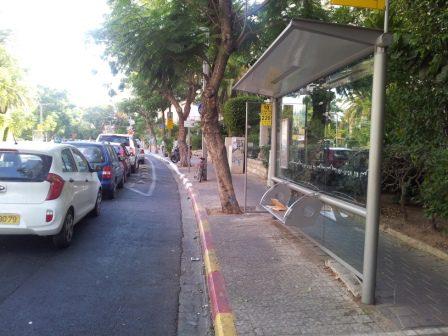 הכניסה לאחד ממקטעי שביל האופניים ברחוב בלוך, דרך תחנת אוטובוס עמוסה
