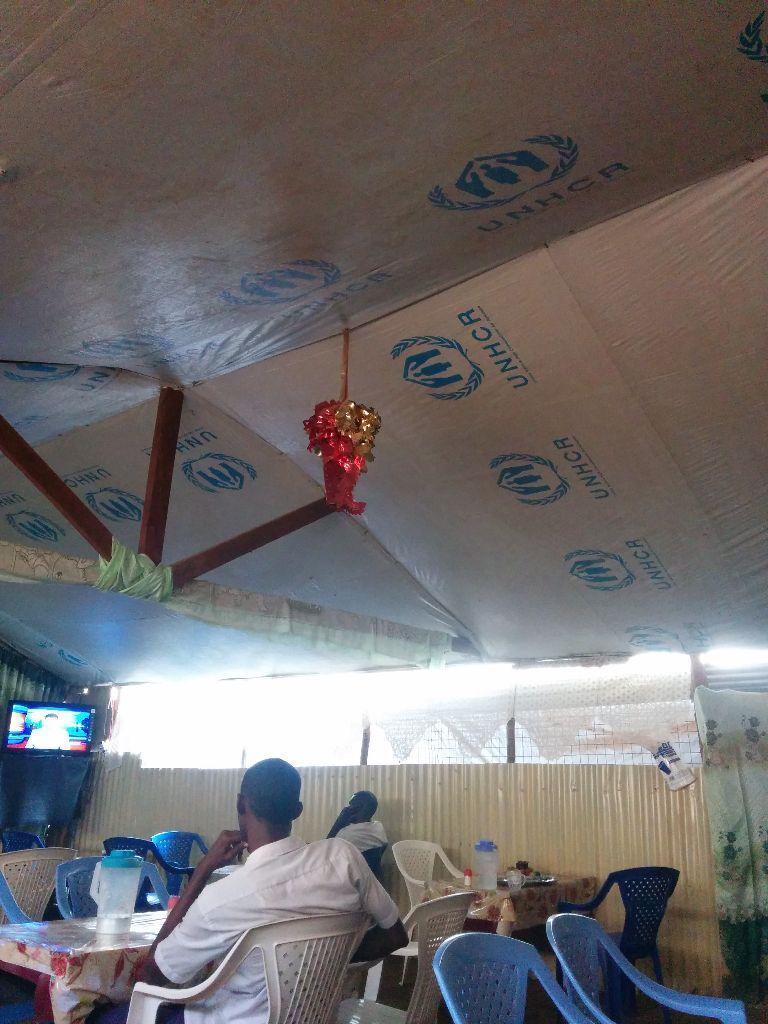 גג העשוי בד ישן ששימש לאוהל של פליטים, צולם במחנה הפליטים קקומה,