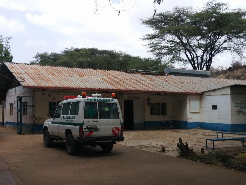 גגון פח שהחליד כתוצאה מחומר אורגני עליו- בית חולים בלוקיצוקיו קיה