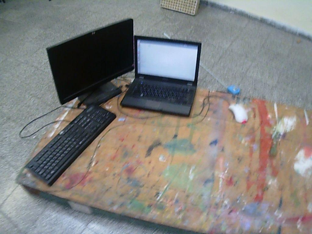 לוח גדול עליו מדדתי את הגודל הדרוש למחשב נייד, מסך, מקלדת ועכבר