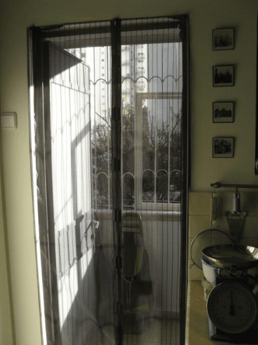 הנה צילום דלת הרשת ביציאה מהמטבח למרפסת