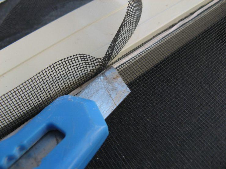 לאחר סיום קיבוע הרשת סביב המסגרת לשביעות רצונכם, חתכו את עודפי הרשת בעזרת סכין יפנית