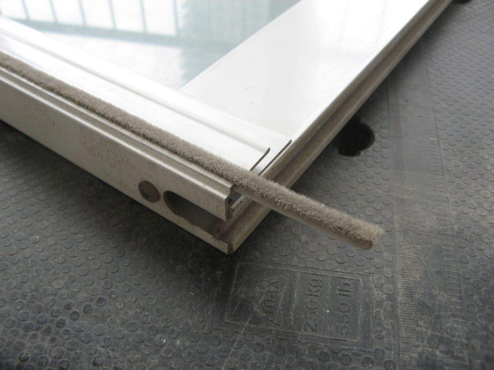 עוד לעניין חדירת רוח בחלונות אלומיניום, שימו לב למצב מברשות האיטום של הכנפיים. בחלק מהחלונות ניתן להחליף את המברשות פשוט כך: