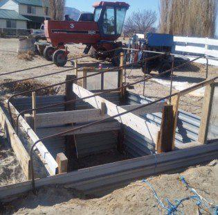 בניית הגג לחממה- מוטות פלדה מעוגלים וחלונות ממוחזרים בשני הצדדים כדי לשלוט בטמפרטורה הגבוה בקיץ- חממה תת קרקעית- בידיים