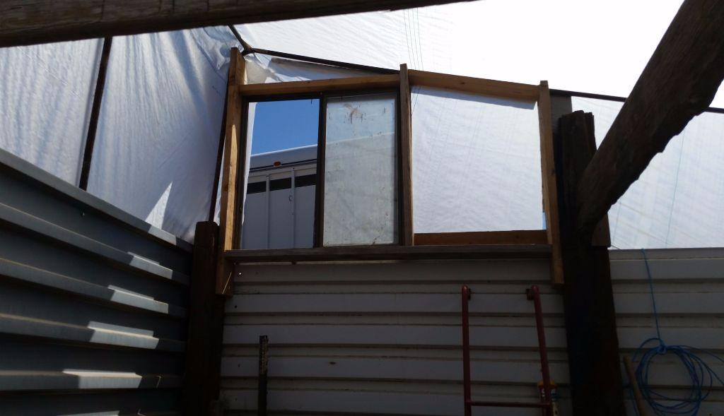 גג החממה מבנים- ניתן לראות את החלון שמשמש גם כדלת כניסה ויציאה - חממה תת קרקעית- בידיים