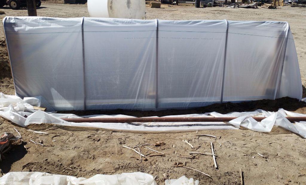 גג החממה מצידו הצפוני- לגג החממה שיפוע של 45 מעלות מדרום לצפון- - חממה תת קרקעית- בידיים