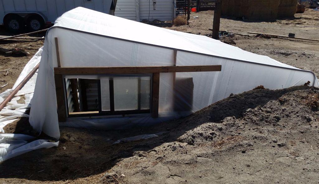 החממה עם הגג יריעת פלסטיק מהצד המערבי- החלון פתוח כדי לאפשר זרימה של אוויר ונשיאה של האוויר החם החוצה- - חממה תת קרקעית- בידיים