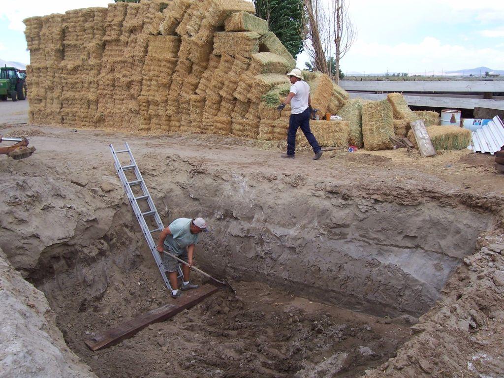 יישור רצפת החממה עם כלי עבודה ידניים חממה תת קרקעית- בידיים