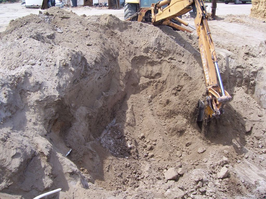 מבט על פרופיל הקרקע בעת החפירה חממה תת קרקעית- בידיים