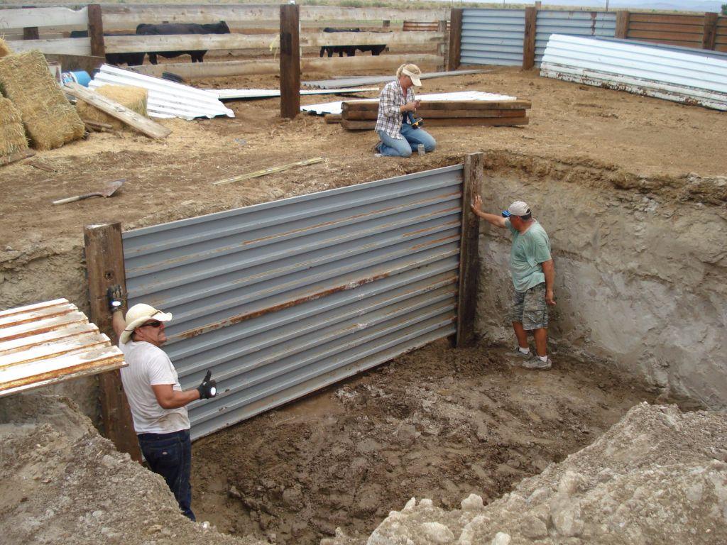 קיר תמיכה צדדי בגובה 2.20 מטר, פחחון עבה לא מהסוג הדק שמתעקם ברוח וחיזוק בעזרת קורות של מסילת רכבת- חממה תת קרקעית- בידיים