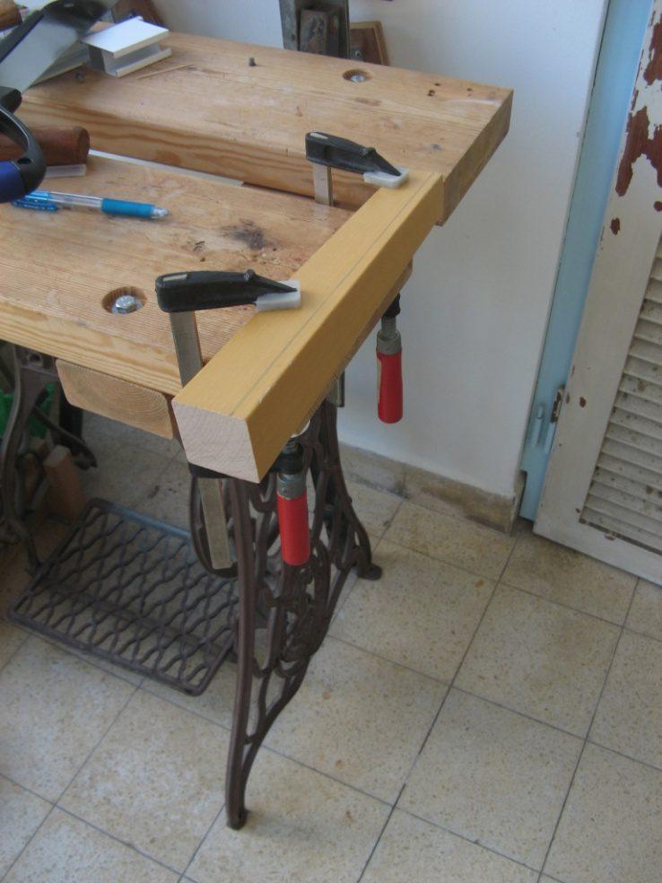 הידית הוכנה מרגל ישנה של שולחן, מעץ בוק