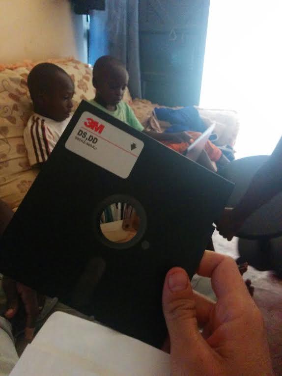 Floppy disc Kenya במהלך עבודתי בקניה התקבשתי לעזור לתקן מחשב, הופתעתי לראות שתוכנת ההפעלה הגיע כך
