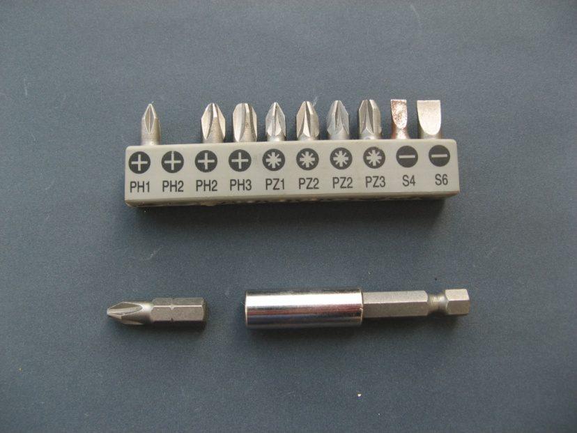 ביטים למברגה, משמאל לימין: 4 פילפיס, 4 פוזידרייב, ו2 שטוחים. למטה: מתאם למברגה