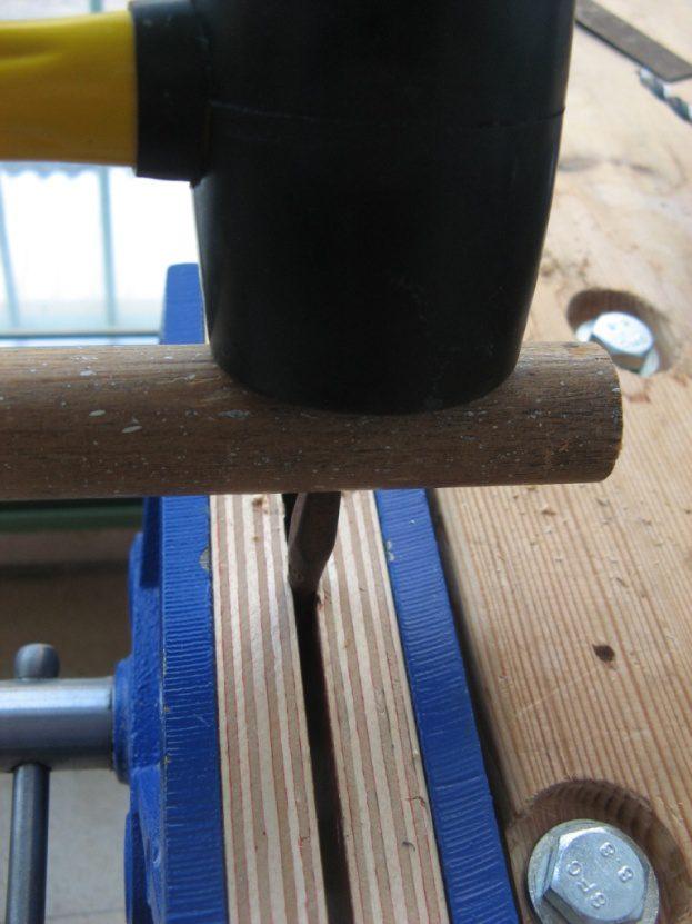 קיבוע המקדח וחבטות בפטיש גומי