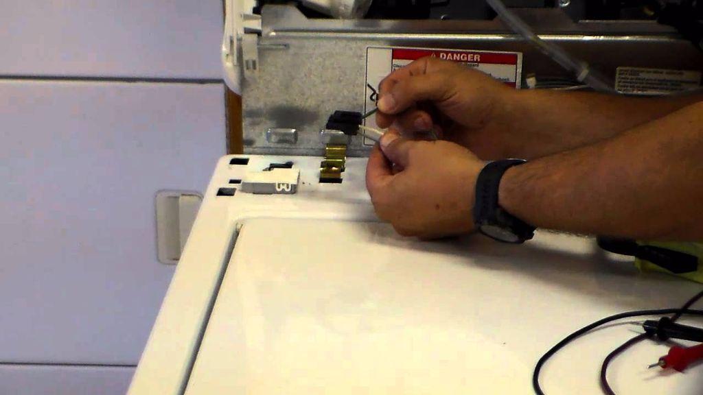 כבל או חוט חשמלי רופף במכונת כביסה 1 - בידיים