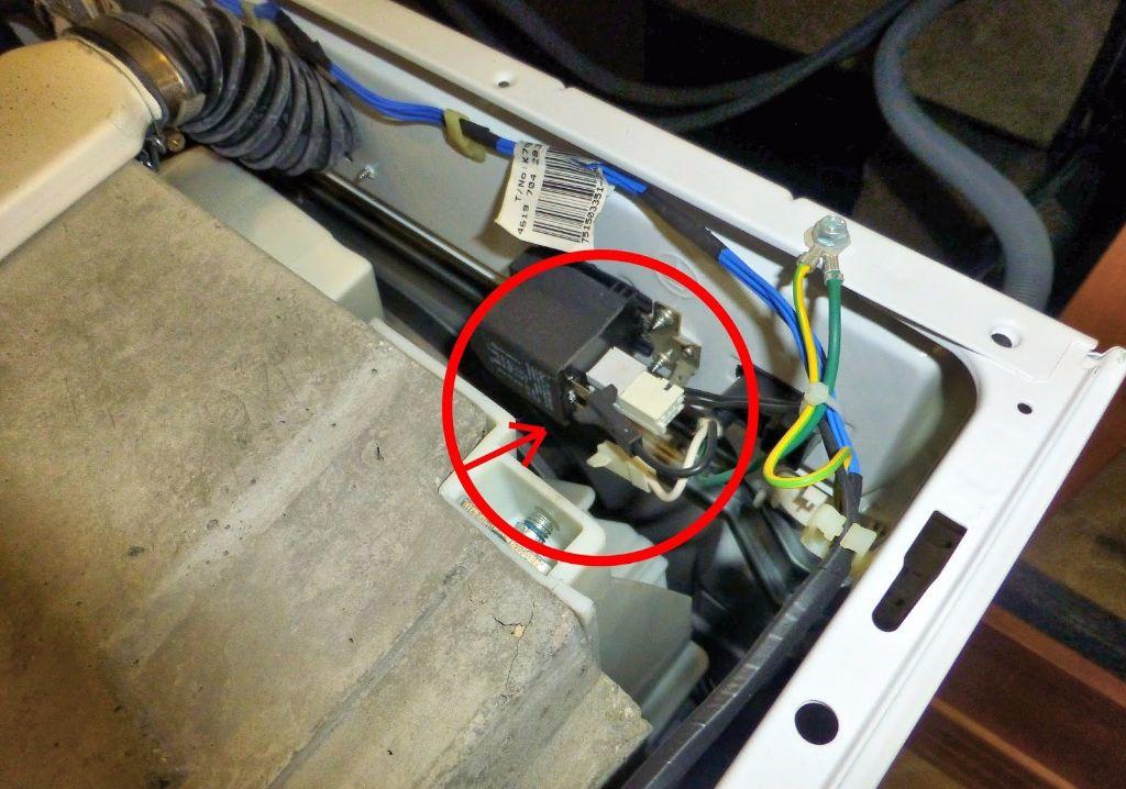 כבל או חוט חשמלי רופף במכונת כביסה 2 - בידיים