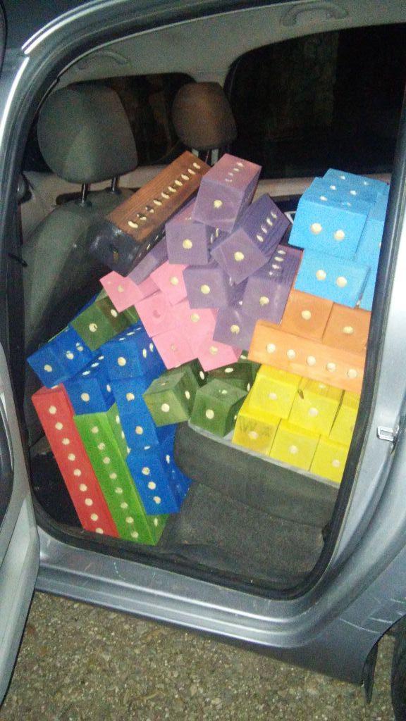 המושב האחורי של האוטו בשלל צבעי הקשת