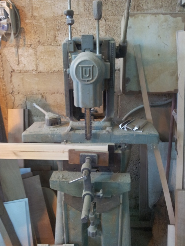מכונה מוזרה - שילוב של מסור שרשרת ומקדחת עמוד, לקידוח שקעים למחברים (גרז)
