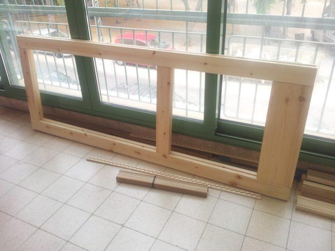 הנה המסגרת מורכבת, על הרצפה סרגל חריצים וכמה משלבי התריס.