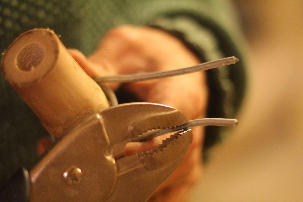 מלפפים סיבוב שלם סביב המוט כך שישאר 10 סמ משני צידי הליפוף, את הליפוף עושים מהצד הפנימי של מפרק הקצה