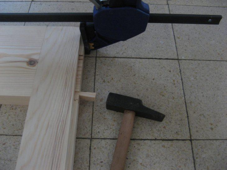 החריצים בסין (שן) למעלה, מיועדים לנעיצת טריזי עץ יחד עם ההדבקה