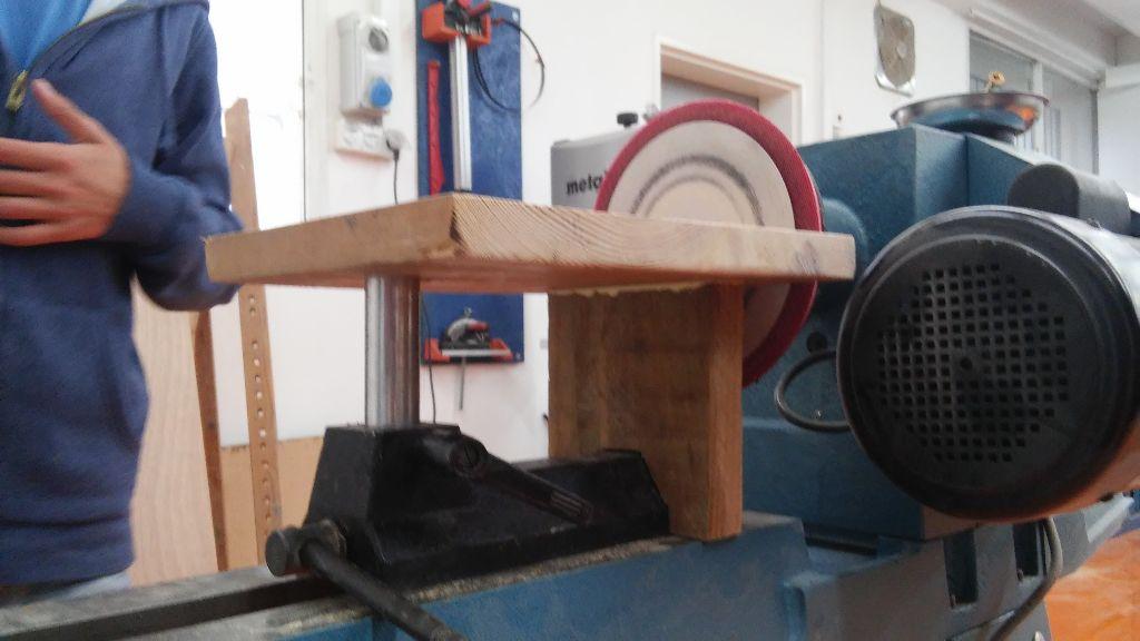השולחן עם רגל העץ הנוספת