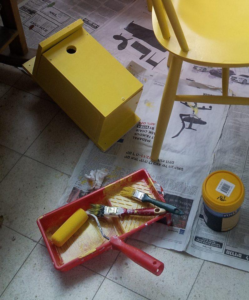 תיבה מסנדביץ' פשוט, שנוגבו עליה המברשות בהן צבעתי את הכיסאות הצהובים מפוסט קודם