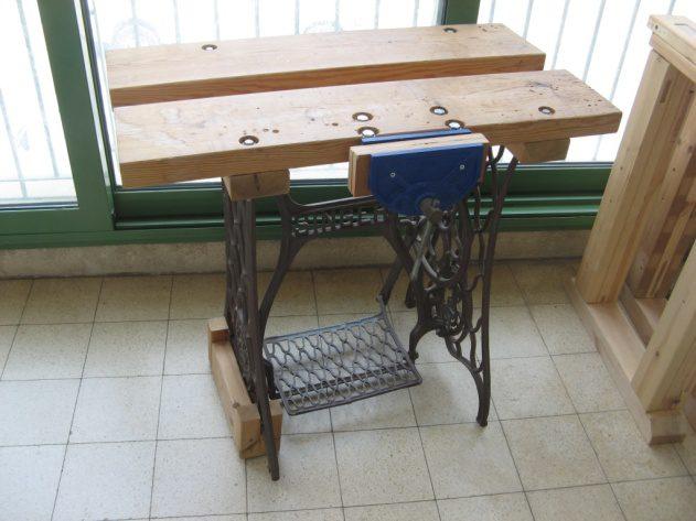 צילום פרידה משולחן הנגרות הישן והמאולתר, ששירת אותי נאמנה בכמה השנים האחרונות, לפני שהמשטח שלו נלקח להכנת הקושרות לשולחן החדש