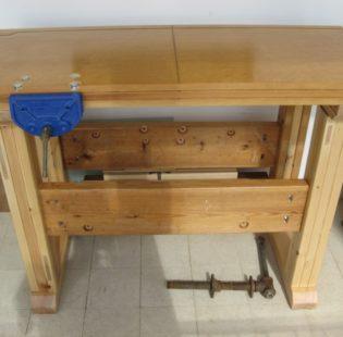 והנה השולחן לאחר חיבור הפלטה לבסיס בברגים סמויים והרכבה ראשונית של זוג המלחציים הקדמיים