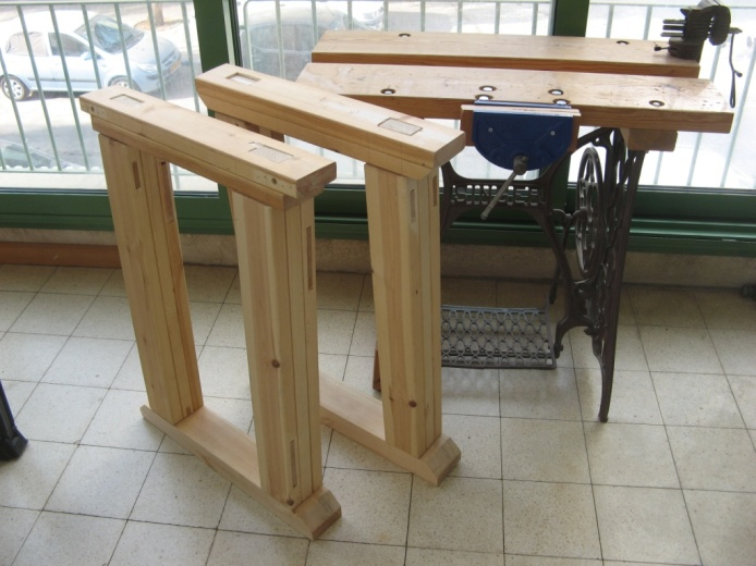והנה הרגליים לאחר הרכבה יבשה, ליד השולחן המאולתר הישן
