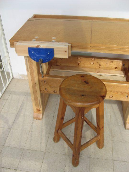 לניסוי הונח ליד השולחן כסא בר מעץ (כסא שלא אני בניתי)