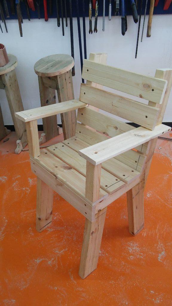 כיסא עם משענות יד