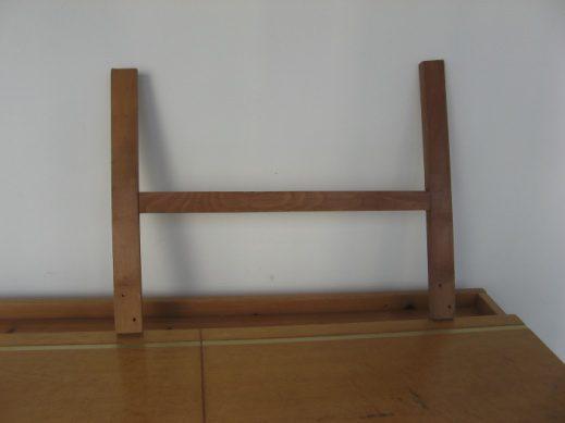 מסגרת H מעץ בוק שנמצאה במכולה לפינוי