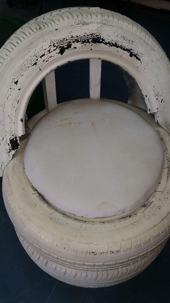 המושב הלבן מתקלף מעט. לחדש עם צבע גמיש יותר