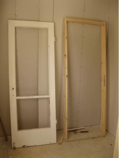 דלת חדרה של בתי שניצלה ממכולת השיפוצניק