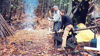 טום ואני עובדים ביערנות אקולוגית כחלק מתהליך בניית ביתו