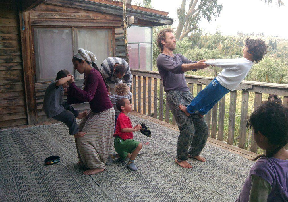 אקרו בלאנס הורים – ילדים שכונתי במרפסת ביתי בקדיתא.