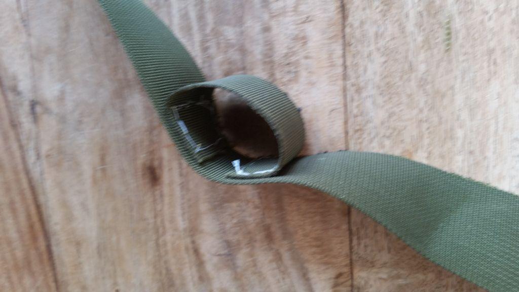 הניסיון הראשון של תפס החגורה, מחובר לרצועה