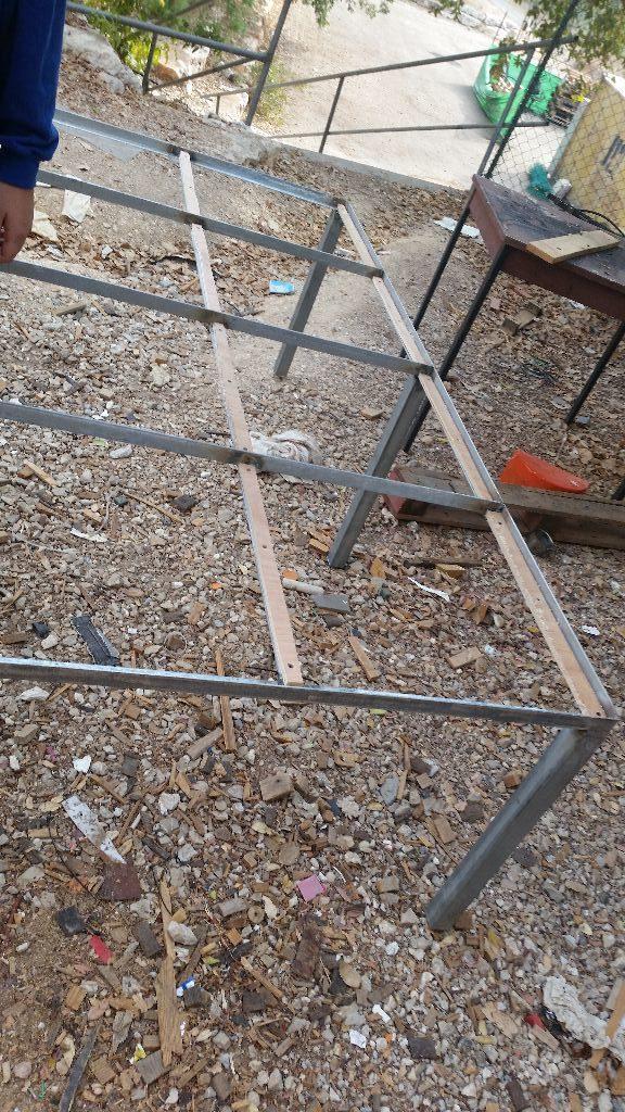 המסגרת עם רצועות עץ הלביד - מקרוב יותר
