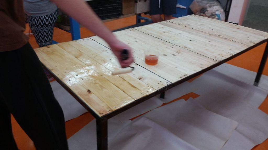 צביעת השולחן - יכט ורניש