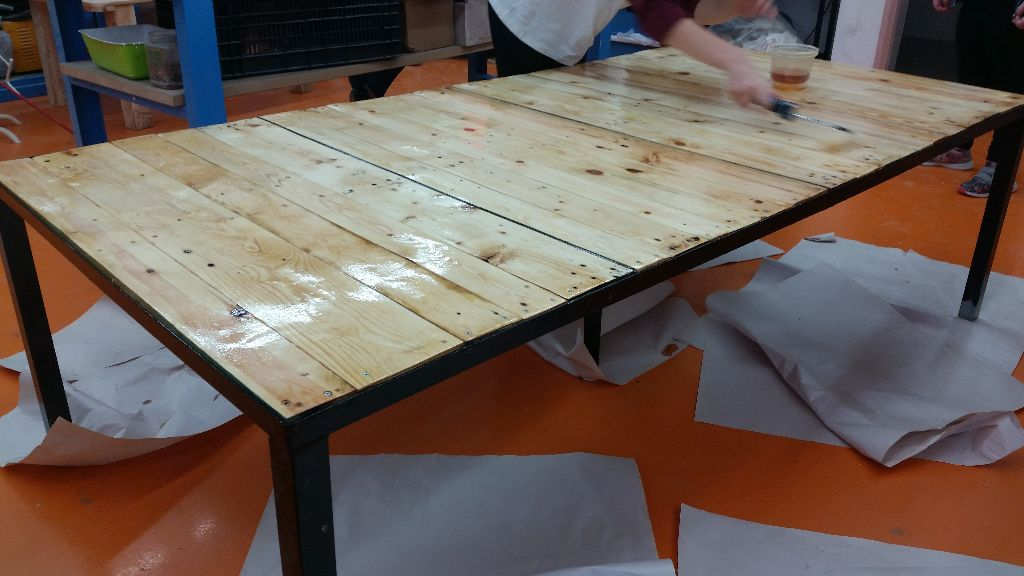 השולחן צבוע