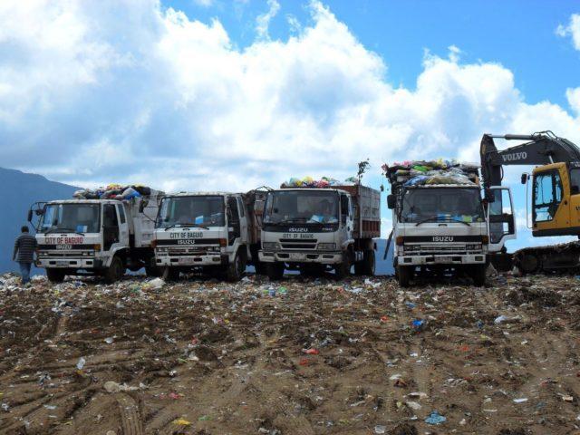 משאיות זבל מחכות לפריקה במטמנה