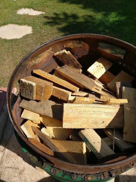 את הרווח בין החביות נמלא בשאריות עץ שונות ונמלא עץ בכל החלל שנותר בחבית הגדולה עד למעלה, עם קצת עלים להדלקה הראשונית.