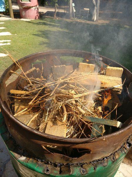 לאחר שהאש תפסה לסגור את החבית עם המכסה והארובה
