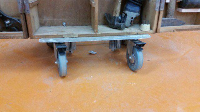 גלגלי העגלה הקדמיים - מסתובבים ומאפשרים לארון לנוע עומד