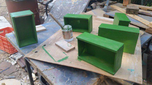 צביעת המגירות בצבע ירוק דשא