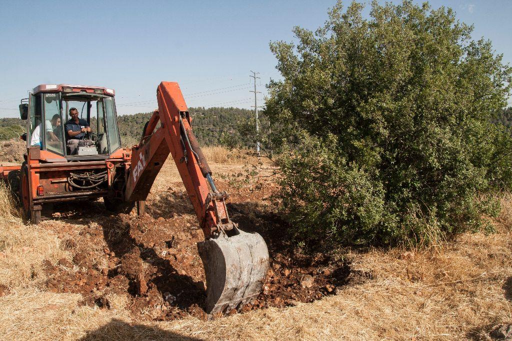 טקרטור חופר בריכה אקולוגית