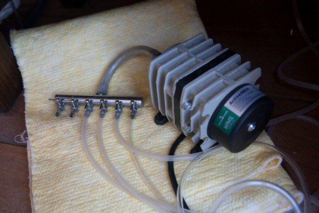 משאבת האוויר מחוברת לצינוריות.